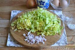 Капустная запеканка (в мультиварке): Как приготовить капустную запеканку в мультиварке:    Молодую капусту шинкуем тонкими полосочками. Репчатый лук нарезаем мелко.