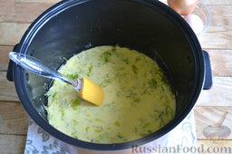 Капустная запеканка (в мультиварке): В чашу мультиварки выливаем тесто на капусту и лук. Лопаткой разравниваем тесто по всей поверхности.