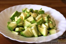 Запеканка с фаршем и овощами (в мультиварке): Как приготовить запеканку с фаршем и овощами (в мультиварке):  Почистить и мелко порезать кабачок.