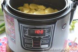 Картофельная запеканка с овощами (в мультиварке): Как приготовить картофельную запеканку в мультиварке:    Очищенный картофель порежем произвольно, выложим в чашу, зальём водой и запустим режим «Суп». Производителем нашего устройства предусмотрено время 1 час, которое программируется автоматически. Нам надо сварить картофель для пюре до готовности, а для этого понадобится не более 40 минут, поэтому мультиварку отключим вручную по истечении этого времени.