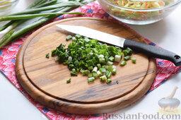 Картофельная запеканка с овощами (в мультиварке): Порежем мелко перья зелёного лука.