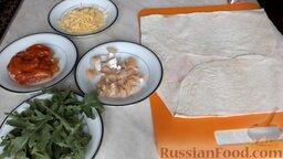 Рулет из лаваша с семгой и вялеными помидорами: Подготовить необходимые продукты для приготовления рулета из лаваша с семгой.   Сыр натереть на крупной тёрке. Сёмгу нарезать кубиками. Зелень промыть холодной водой.