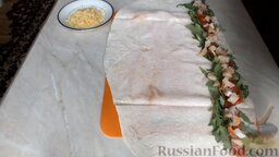 Рулет из лаваша с семгой и вялеными помидорами: Затем выложить слой слабосоленой семги.