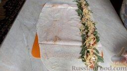 Рулет из лаваша с семгой и вялеными помидорами: Посыпать тёртым сыром.