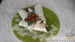 Рулет из лаваша с семгой и вялеными помидорами: Выложить рулет из лаваша с семгой на тарелку и украсить зеленью и вялеными помидорами.   Приятного аппетита!