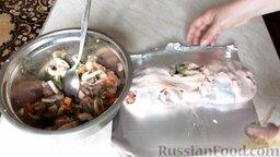 Куриный рулет с грибами и чесночными стрелками: Расстелить фольгу. Сверху на фольгу поместить куриную кожу, затем ровным слоем выложить начинку. Аккуратно все свернуть, прижать, чтобы получился ровный рулет.