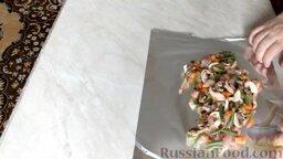 Куриный рулет с грибами и чесночными стрелками: Из оставшейся начинки можно сделать еще один рулет, но без куриной кожи. Для этого расстелить фольгу и выложить начинку.