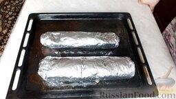 Куриный рулет с грибами и чесночными стрелками: Отправить куриные рулеты с грибами в разогретую до 180 градусов духовку на 50 минут.   Когда рулеты будут готовы, дать им остыть, не снимая фольгу. Затем поместить в холодильник на 3-4 часа.