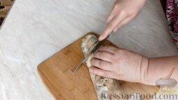 Куриный рулет с грибами и чесночными стрелками: Нарезать рулет порционными кусочками.