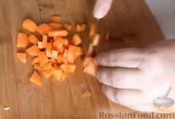 Куриный рулет с грибами и чесночными стрелками: Морковь нарезать небольшими кубиками.