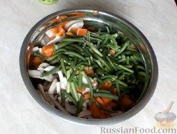 Куриный рулет с грибами и чесночными стрелками: В глубокую миску поместить куриное мясо, грибы, морковь и чесночные стрелки.