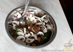 Куриный рулет с грибами и чесночными стрелками: Добавить соль и специи. Тщательно перемешать.