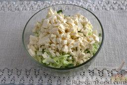 Запеканка капустная с адыгейским сыром (в мультиварке): Смешиваем все составляющие, добавляем измельченный адыгейский сыр.