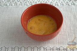 Запеканка капустная с адыгейским сыром (в мультиварке): С помощью вилки слегка взбиваем сырые яйца. Добавляем рекомендованное количество соли.