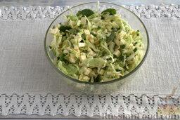 Запеканка капустная с адыгейским сыром (в мультиварке): Наливаем яйца в миску с заготовкой для запеканки. Смешиваем все составляющие.