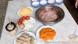 Мясные маффины с грибами: Как приготовить мясные маффины с грибами:    Подготовить необходимые ингредиенты для приготовления мясных маффинов с грибами.  Шампиньоны можно использовать консервированные, свежие или замороженные. Нарезать шампиньоны небольшими кусочками.  Морковь почистить, помыть и натереть на крупной терке. Репчатый лук почистить, помыть и мелко нарезать. Морковь и одну нарезанную луковицу обжарить на растительном масле, посолить и добавить специи.   Сыр натереть на крупной терке.