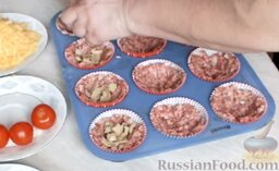 Мясные маффины с грибами: В серединку поместить примерно по 1 ч. ложке нарезанных консервированных грибов.