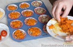 Мясные маффины с грибами: Сверху выложить обжаренные морковь с луком.