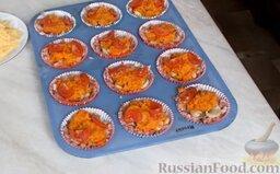 Мясные маффины с грибами: Помидоры нарезать дольками и выложить поверх моркови.   В таком виде поставить мясные маффины с грибами в духовку, разогретую до 180 градусов, на 30 минут.