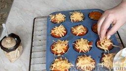 Мясные маффины с грибами: Мясные маффины почти готовы. Посыпать их тертым сыром и поставить в духовку еще на 5 минут, чтобы сыр расплавился.