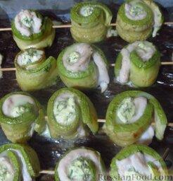 Рулетики из кабачков с куриным филе и сыром: Готовьте рулетики из кабачков в духовке при 180 градусах около 15-20 минут.