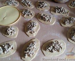 Тесто для пирогов и пиццы: Раскатываем колбаской, разрезаем на небольшие кусочки и раскатываем на маленькие лепешечки. Затем начиняем всевозможной начинкой.