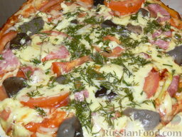 Быстрая пицца на сковороде: Пицца с ветчиной и грибами готова, если сыр хорошо расплавился, а низ зарумянился.