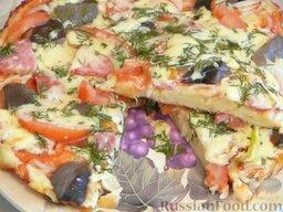 Быстрая пицца на сковороде: Подавать пиццу в сковороде или выложить на плоскую тарелку.    Приятного аппетита!