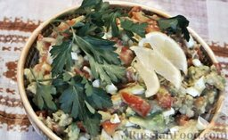 Салат с авокадо, помидорами и куриной колбасой