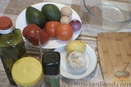 Салат с авокадо, помидорами и куриной колбасой: Подготовить ингредиенты для салата с авокадо.   Заранее отварить 2 яйца вкрутую. Лук почистить и помыть.