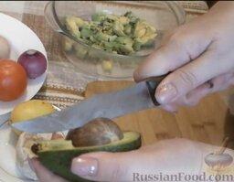 Салат с авокадо, помидорами и куриной колбасой: Как приготовить салат с авокадо, помидорами и колбасой:    Первым делом нарезать авокадо. Для этого необходимо разрезать его вдоль на 2 части. Затем слегка прокрутить половинки авокадо в разные стороны, и отделить одну половинку от косточки. Удалить косточку.