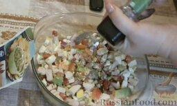 Салат с авокадо, помидорами и куриной колбасой: Добавить черный перец и приправу для гуакамоле. Если любите острое, добавьте больше черного перца.