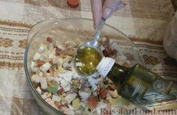 Салат с авокадо, помидорами и куриной колбасой: Затем салат с авокадо заправить оливковым маслом и посолить. Аккуратно перемешать.