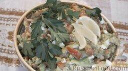Салат с авокадо, помидорами и куриной колбасой: Салат из яиц, с авокадо, помидорами, болгарским перцем и колбасой готов. Можно украсить салат зеленью.  Приятного аппетита!
