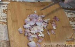Салат с авокадо, помидорами и куриной колбасой: Мелко нарезать репчатый лук.