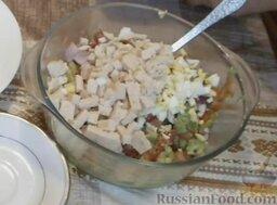 Салат с авокадо, помидорами и куриной колбасой: Соединить все ингредиенты в глубокой миске. Перемешать.