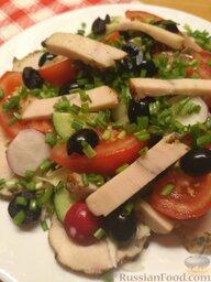 Салат из овощей и курицы: Нарезать маслины полукольцами. Нашинковать укроп с зеленым луком. Смешать все ингредиенты. Добавить нарезанную соломкой ветчину.   Заправить оливковым маслом, посолить и поперчить.