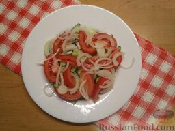 Салат с плавленым сыром: Снять с лука шелуху, нарезать лук полукольцами.