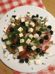 Салат с плавленым сыром: Нарезать плавленый сыр кубиками. Нарубить зеленый лук. Нарезать маслины. Посыпать салат луком и маслинами.  Заправить салат маслом, посолить и поперчить.  Салат с плавленым сыром можно подавать к столу.