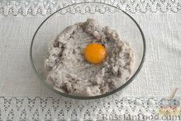 Рыбные котлеты с овсянкой и зеленью (в мультиварке): Как приготовить рыбные котлеты в мультиварке:    Разбиваем сырое яйцо, добавляем его в миску с рыбным фаршем. Наливаем рекомендованное количество воды, солим, смешиваем все компоненты.