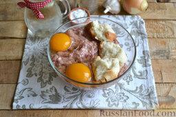 Котлеты из мясного фарша (в мультиварке): К фаршу добавляем соль и перец по вкусу. Разбиваем в фарш яйца и добавляем отжатые руками ломтики размягченного хлеба.