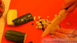 Салат с охотничьими колбасками и курицей: Нарезать мелким кубиком колбаски, свежий и маринованный огурец.