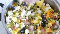 Салат с охотничьими колбасками и курицей: Перемешать всё. Выложить часть салата с охотничьими колбасками и курицей в салатник, добавить соль и перец.