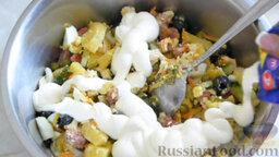 Салат с охотничьими колбасками и курицей: Заправить майонезом по вкусу и перемешать.