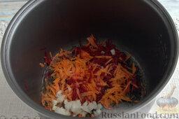 Борщ с молодой капустой и щавелем (в мультиварке): Шинкуем на кухонной терке свеклу и морковь. Рубим репчатый лук.   Выкладываем овощную заготовку в чашу мультиварки, устанавливаем режим «Жарка», наливаем масло, готовим 10 минут.
