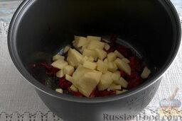 Борщ с молодой капустой и щавелем (в мультиварке): Вводим измельченные клубни картофеля.
