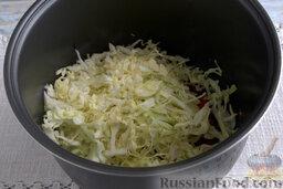 Борщ с молодой капустой и щавелем (в мультиварке): Шинкуем молодой кочан капусты, вводим в общую заготовку, добавляем сахар и соль.