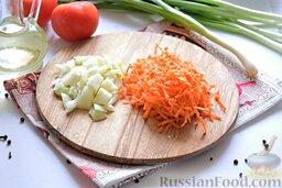 Щи в мультиварке: Натрём морковь (лучше использовать крупную терку) и мелко порубим луковицу.