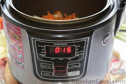 Щи в мультиварке: В мультиварку зальём растительное масло. Туда же выложим измельчённые лук и морковь. Запустим программу «жарка». Для обжаривания овощей нам потребуется 15 минут.