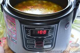 Щи в мультиварке: В ёмкость с обжаренными овощами зальём 1,5 литра воды. Посолим. Установим на панели устройства режим «суп». 1 час – это оптимальное время, которое нам потребуется на весь процесс.